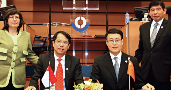 Director-General of Singapore Customs Fong Yong Kian and Vice Minister of the General Administration of China Customs Sun Yibiao (both seated), signed the China-Singapore MRA at the WCO Council Sessions in June 2012. The signing was witnessed by Chairperson of the WCO Council and Chairman of the Revenue Commissioners of Ireland, Josephine Feehily and WCO Secretary-General   Kunio Mikuriya.