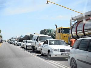 Cars and trucks at the South African border at Musina, Limpopo, queue to cross into Zimbabwe. The Unctad report says there are traditional transport routes in Africa - Photo: Motshwari Mofokeng.