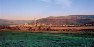 Ngodwana Mill, situated in the province of Mpumalanga (South Africa). It is a fully integrated kraft mill producing pulp for own consumption as well as newsprint and containerboard. (Sappi)