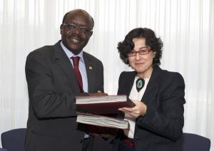 "UNCTAD Secretary-General Mukhisa Kituyi (left) and the ITC""s Executive Director Arancha González, shake hands upon signing the Memorandum of Understanding. (UNCTAD)"