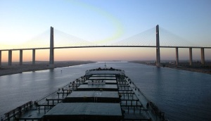 Capesize bulk carrier at Suez Canal Bridge [www.maritemexecutive.com]