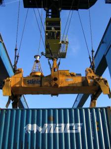 Container_crane_and_spreader